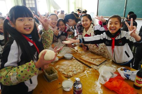 一二年级学生用橡皮泥模拟包饺子