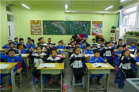 迎接锦玉幼儿园的小朋友们走进课堂,体验小学学习生活.